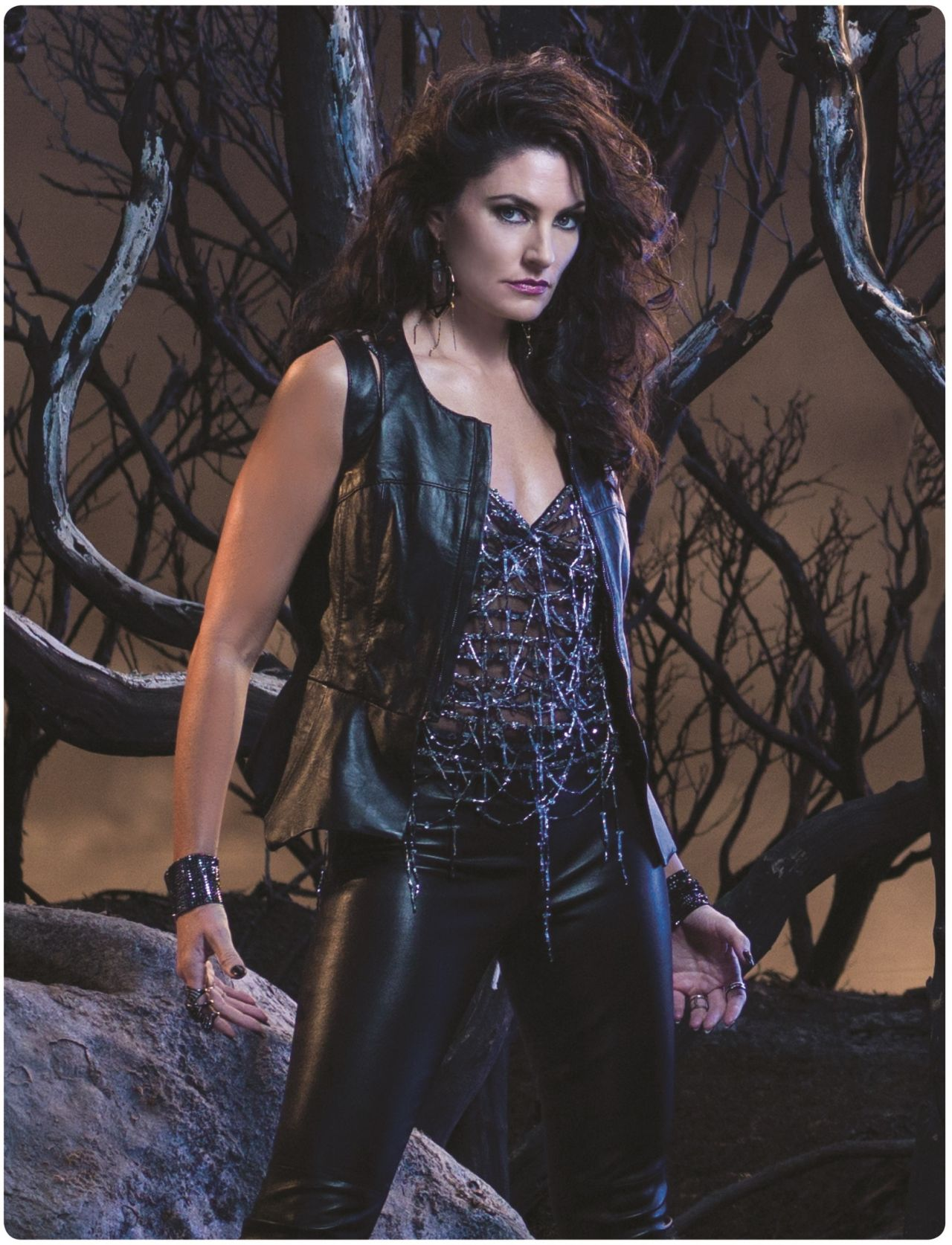 Madchen amick witches of east end season 1 promo photos for Kinderzimmerlampe madchen