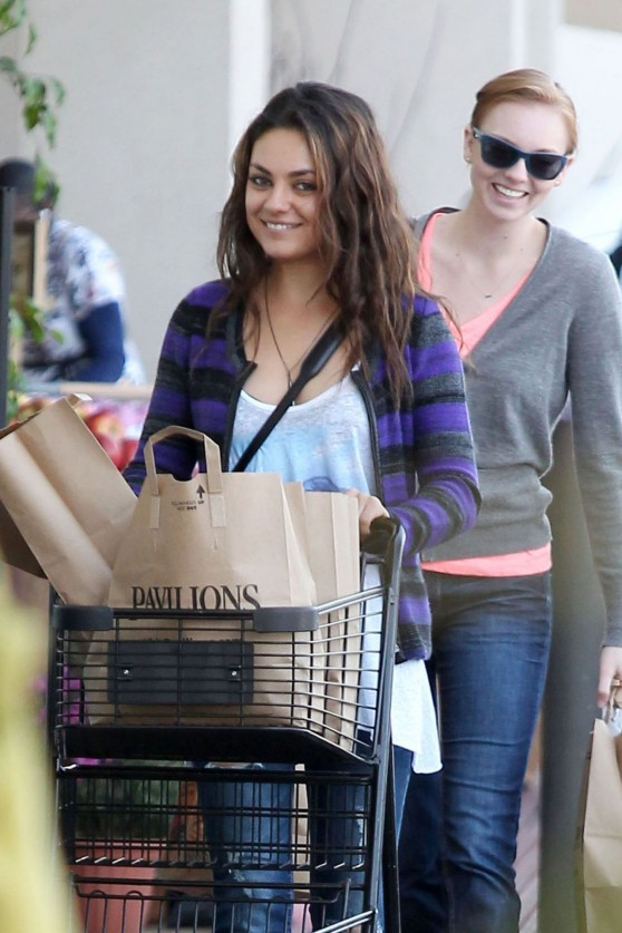 mila-kunis-street-style-grocery-shopping-at-a-pavilions-in-los-angeles_13