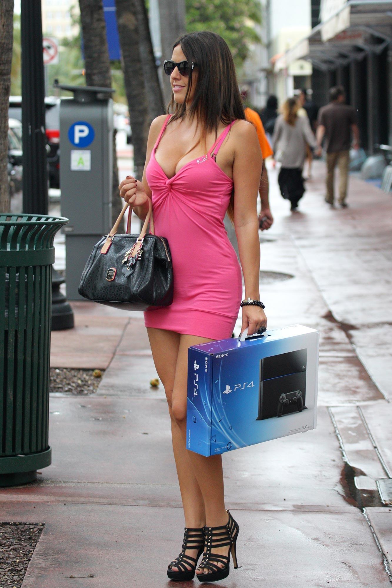 Claudia Romani Street Style Shopping In Miami November