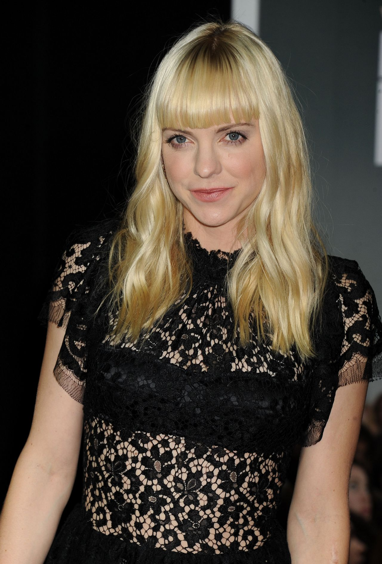 Anna Faris on Red Carpet - DELIVERY MAN Movie Premiere in Los Angeles