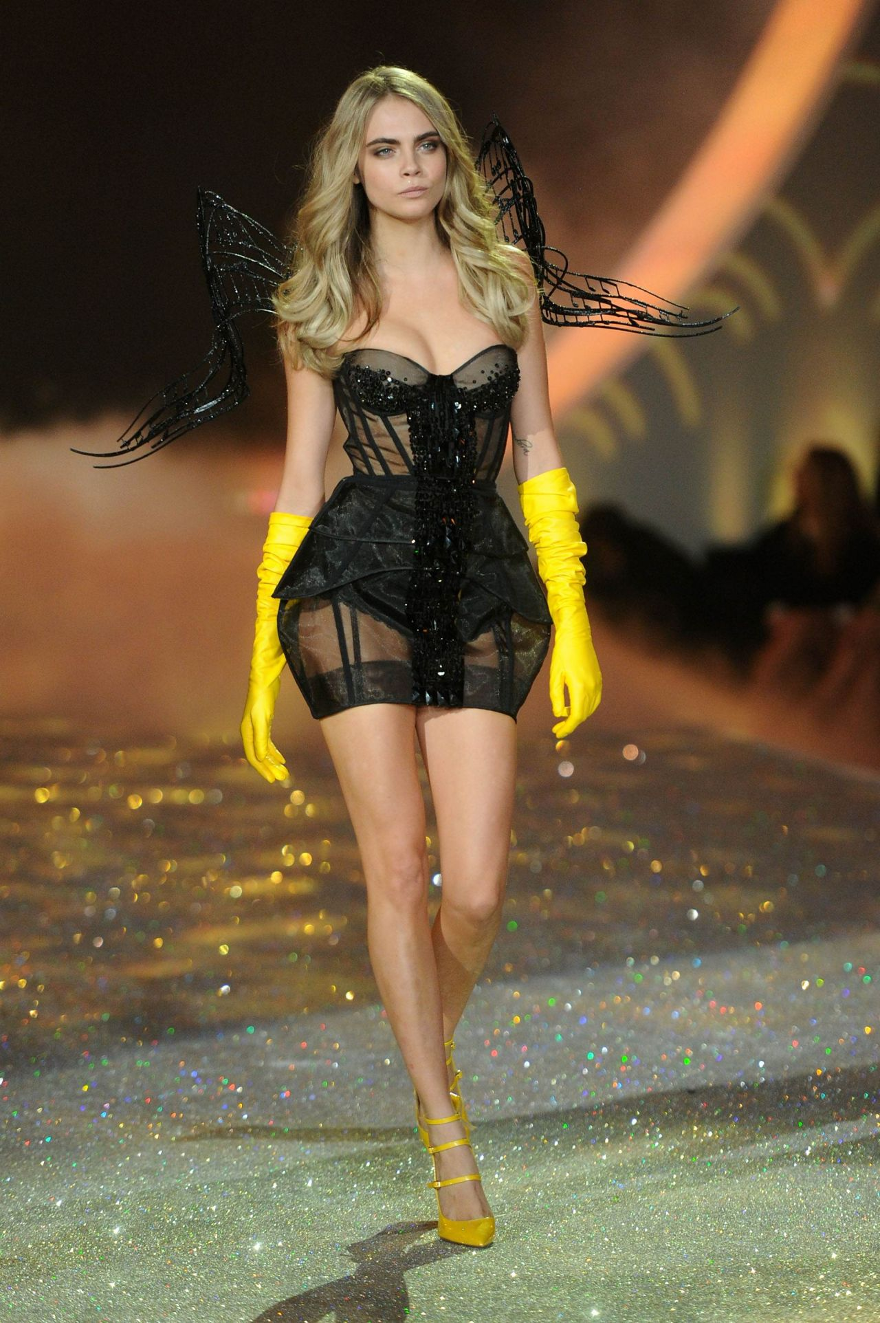 Cara Delevingne Victoria 39 S Secret Fashion Show Runway