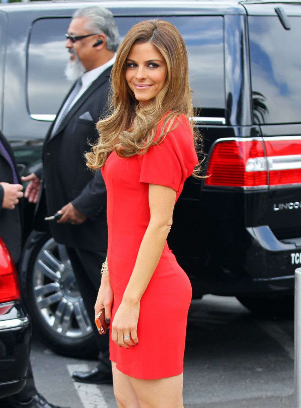 maria menounos on the set of extra in los angeles