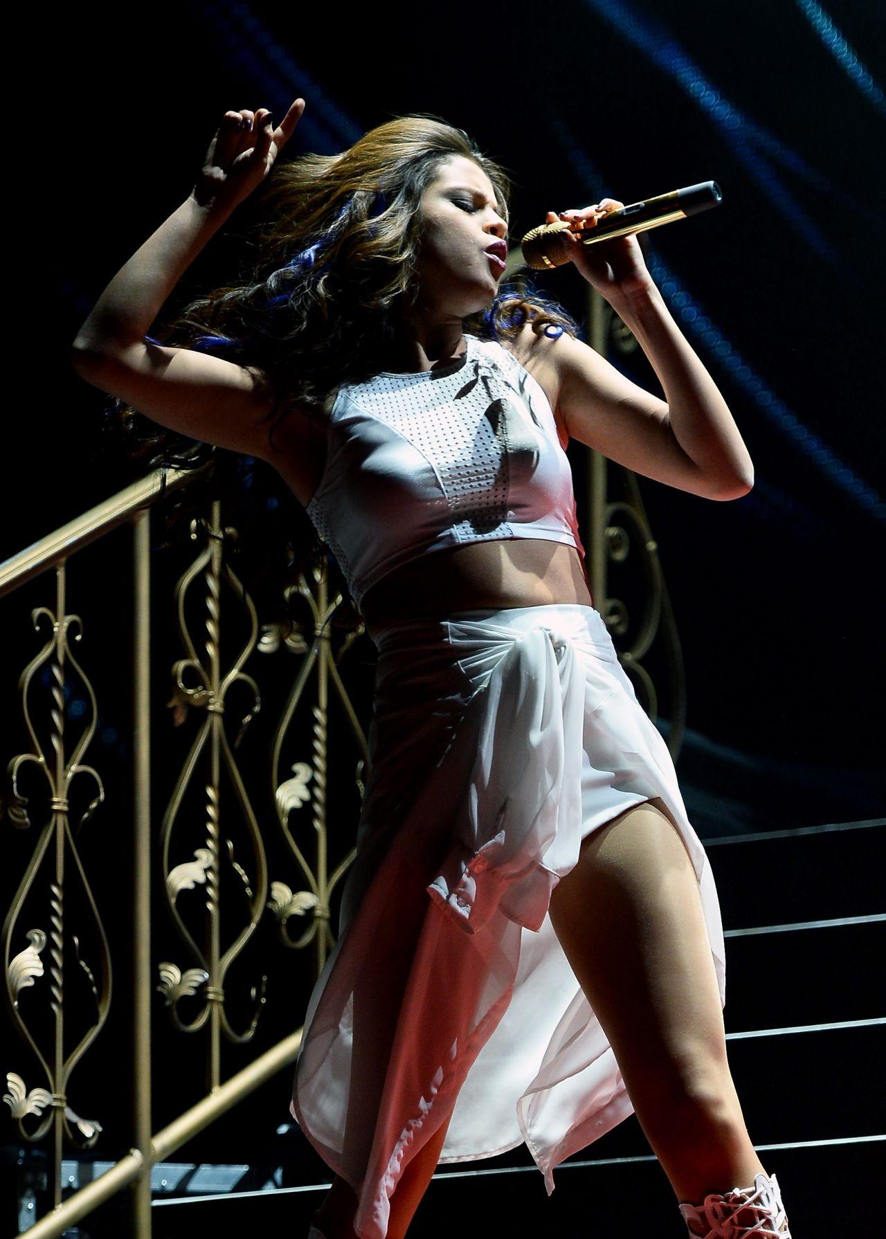 Selena Gomez Performin... Mischa Barton