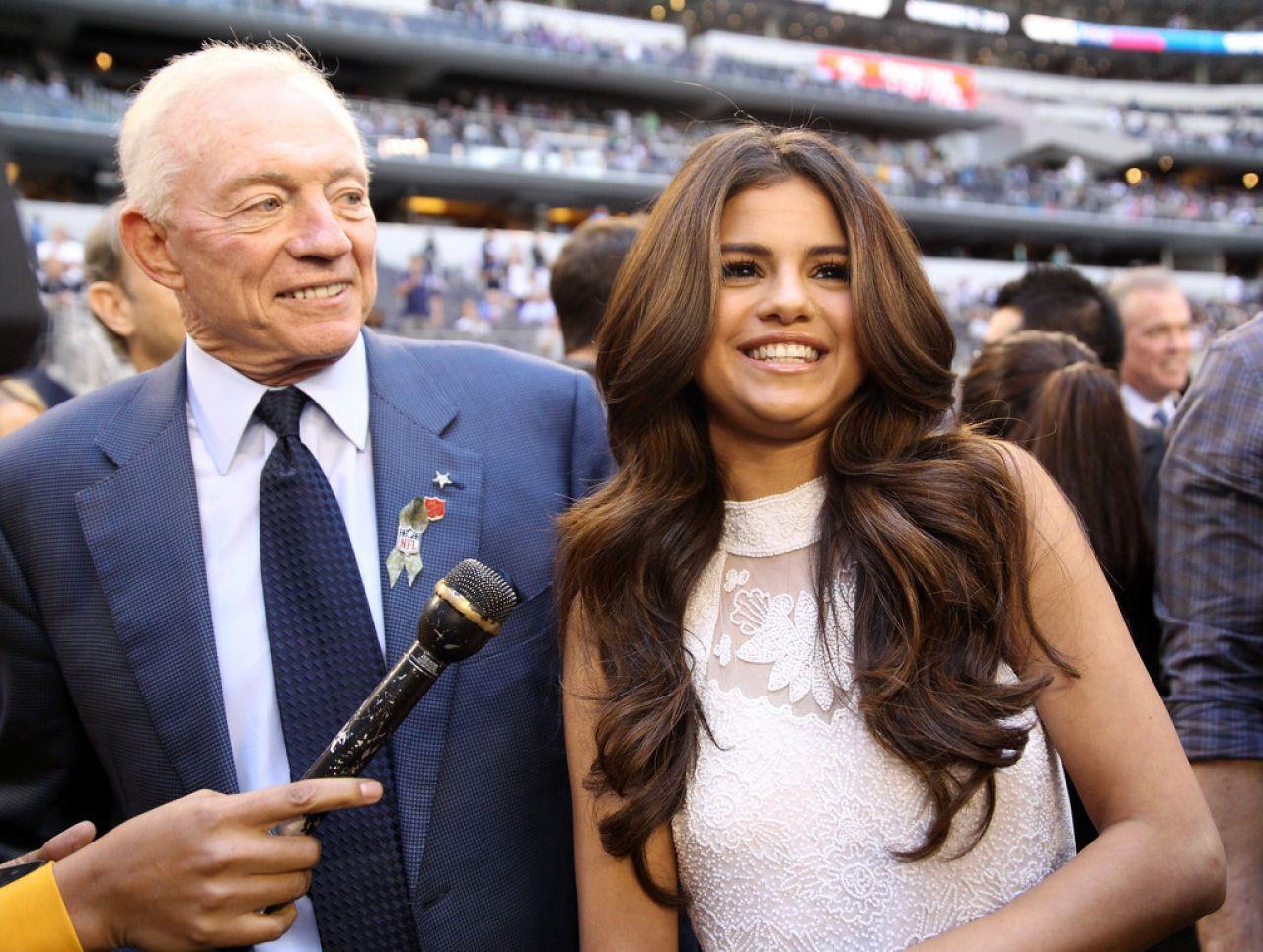 Selena Gomez - Vikings vs Cowboys at Cowboys Stadium in Arlington