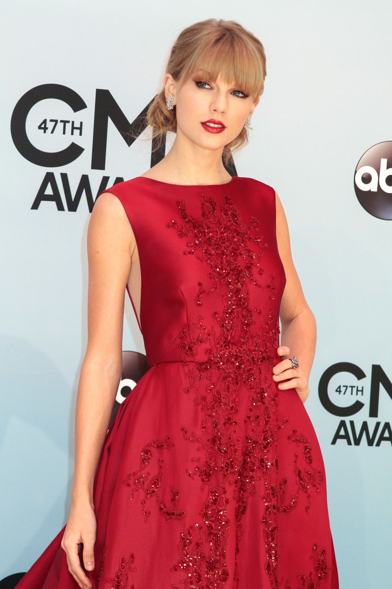 Taylor Swift in Red on Red Carpet - 47th Annual CMA Awards ...