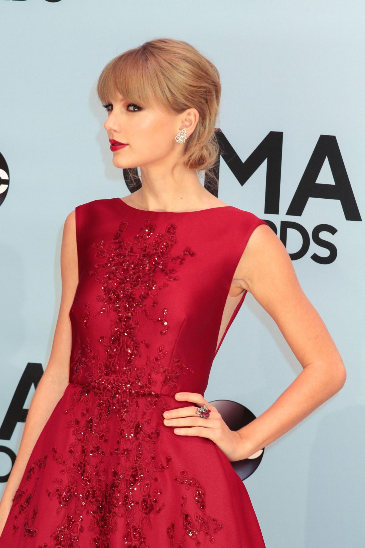 Taylor Swift In Red On Red Carpet 47th Annual Cma Awards