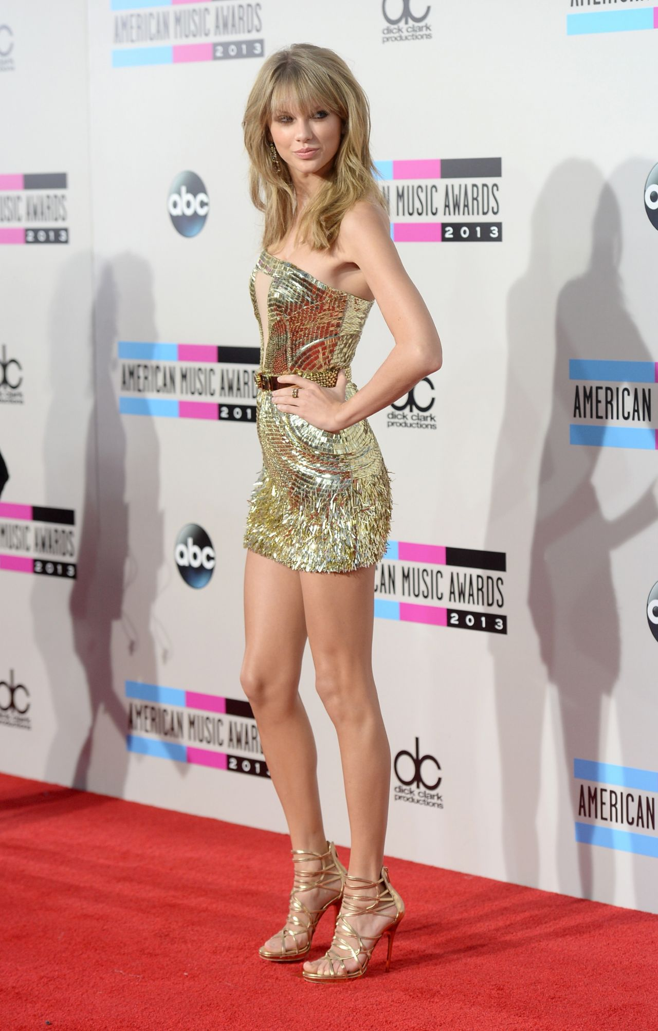 Taylor Swift Looks Hot on Red Carpet – 2013 American Music Awards in Los Angeles