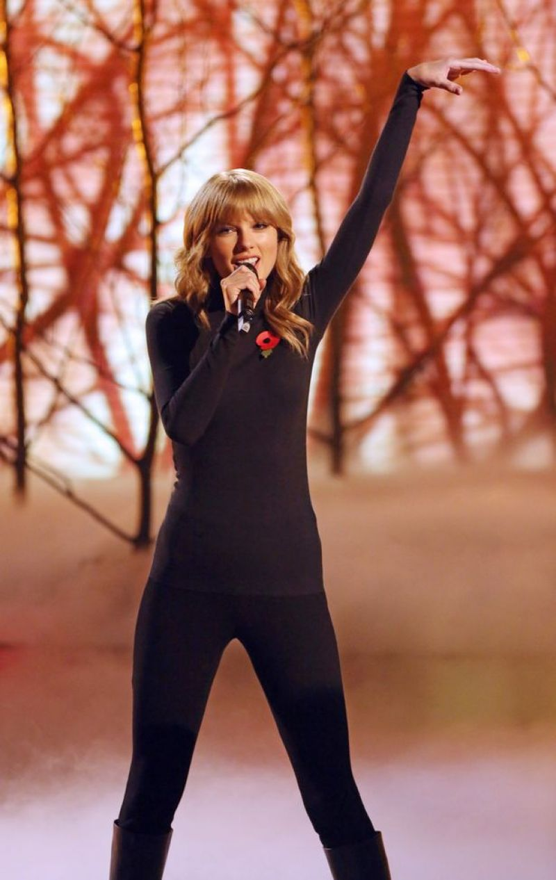 Taylor Swift Performin... Anna Kendrick