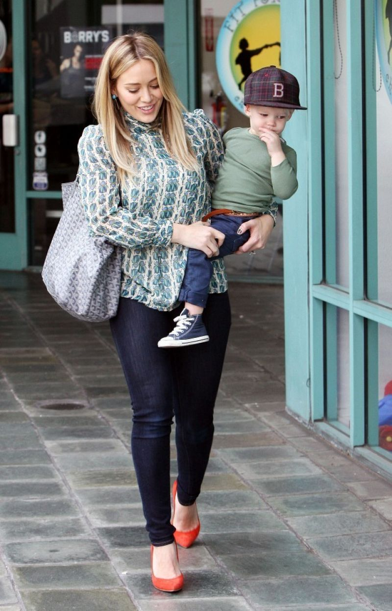 hilary duff street style out in los angeles december 2013