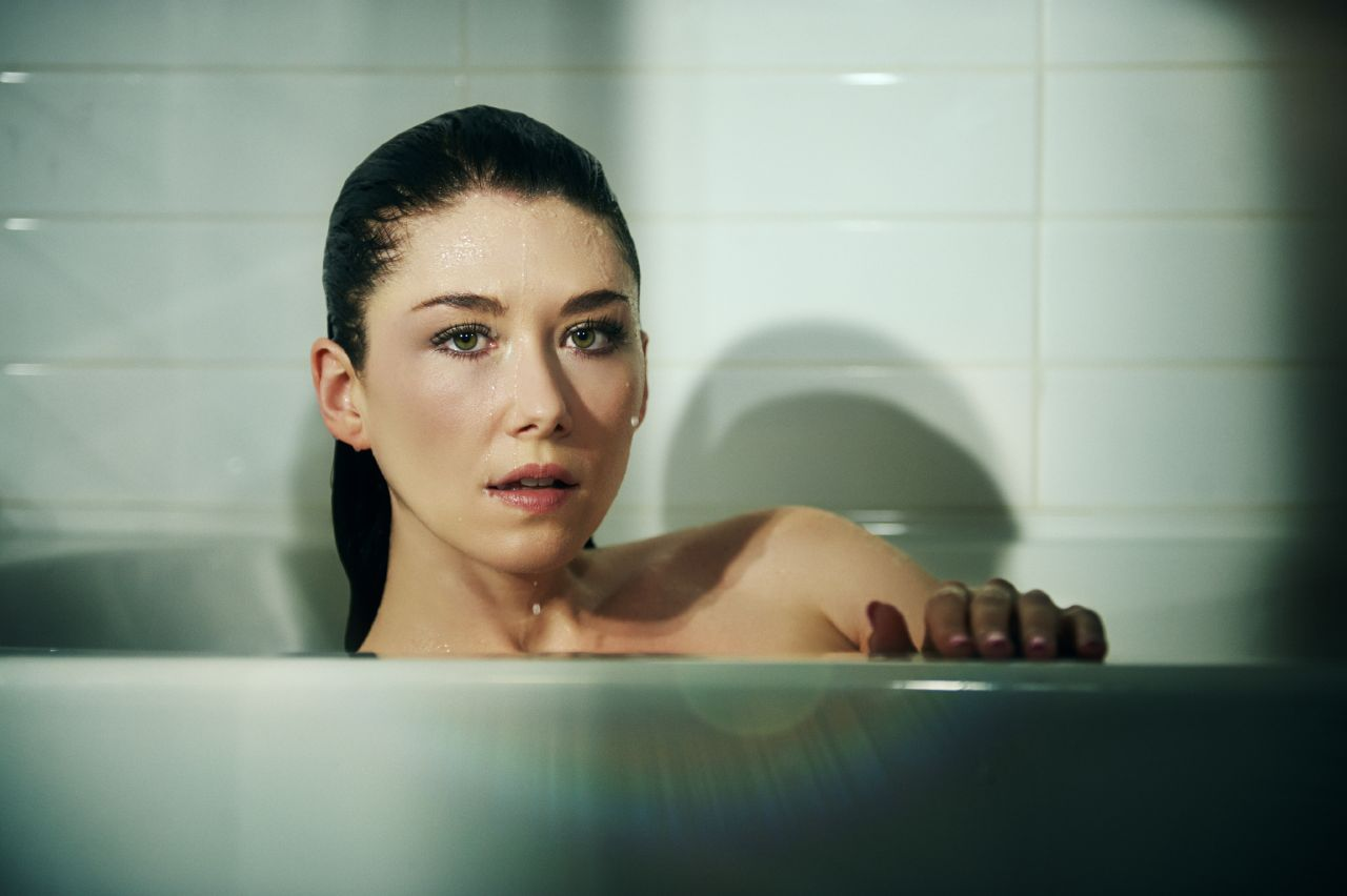Jewel staite tj scott photoshoot for his in the tub book for Bathroom photoshoots