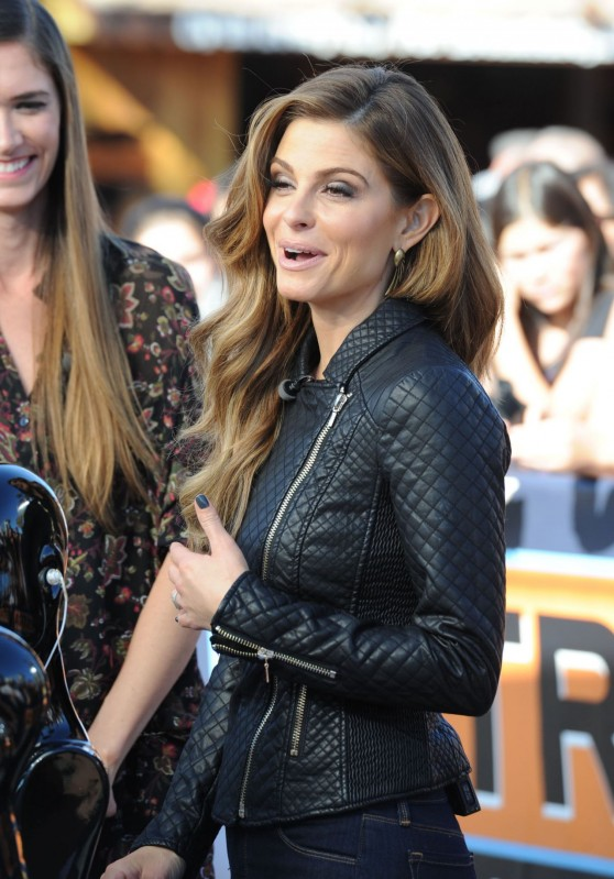 maria-menounos-on-the-extra-set-in-los-angeles-december-2013_12
