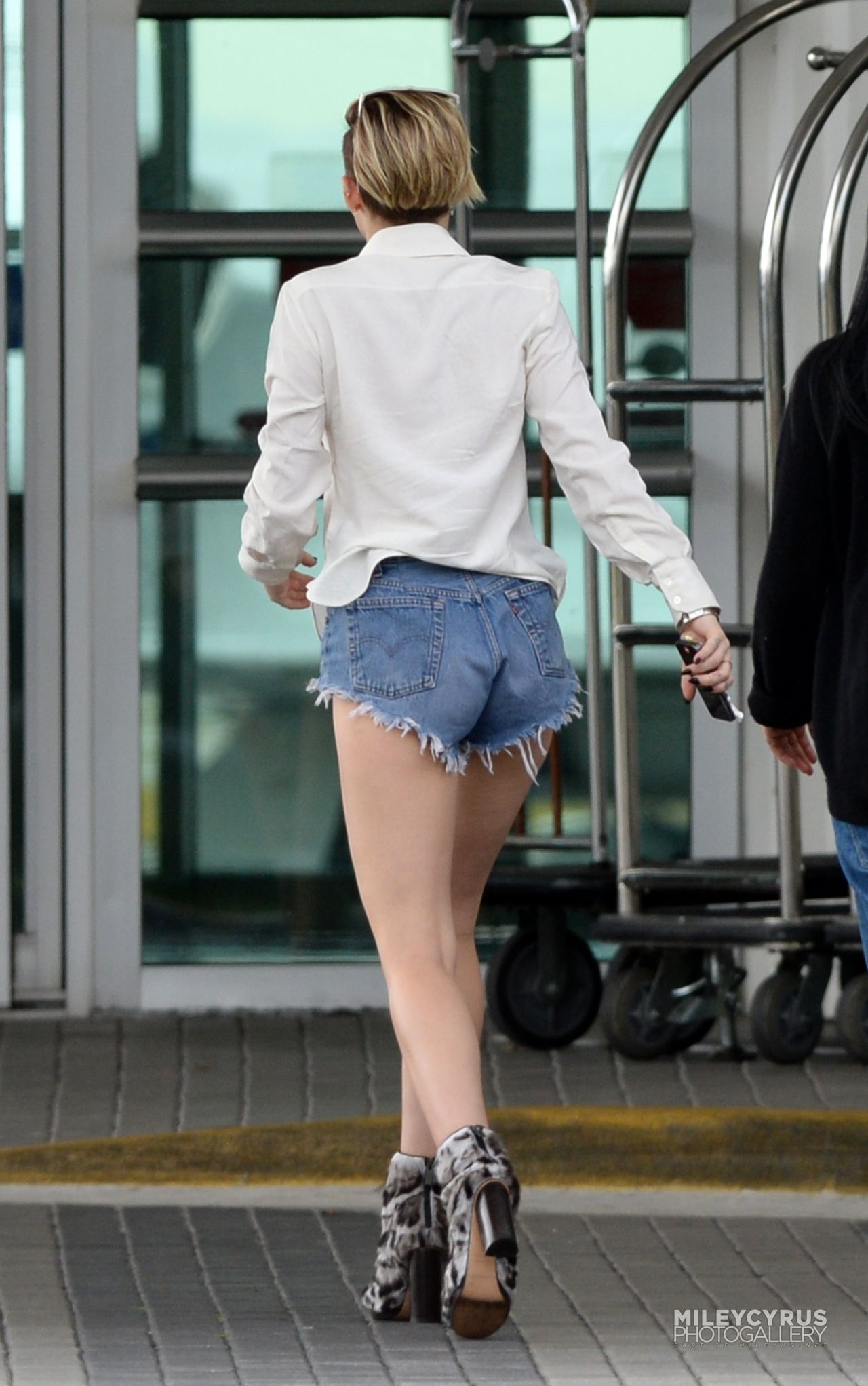 Miley Cyrus Street Style In Denim Shorts In Miami