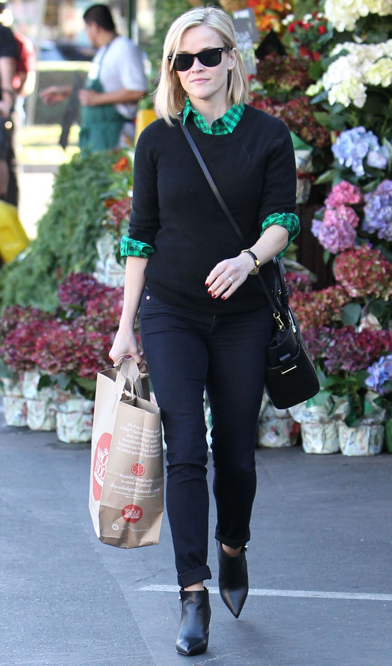 reese witherspoon street style whole foods in santa monica