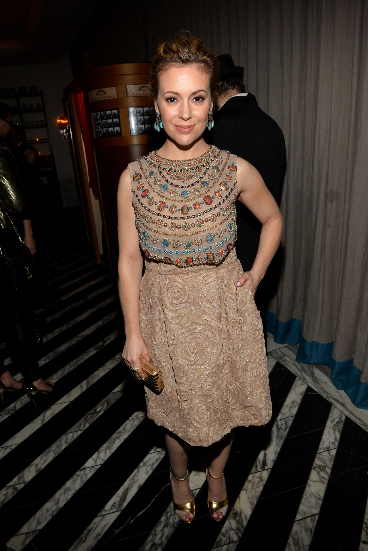 Alyssa Milano with a weight of 50 kg and a feet size of 6 in favorite outfit & clothing style