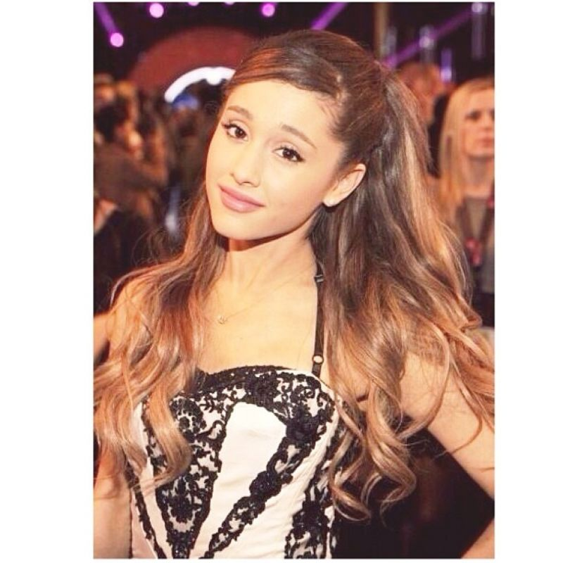 Pics photos related to why does ariana grande always wear that