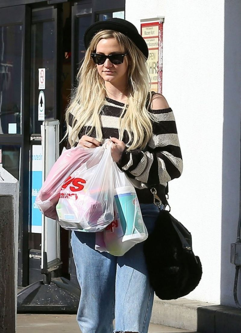 Ashlee Simpson Street Style - Sherman Oaks, January 2014