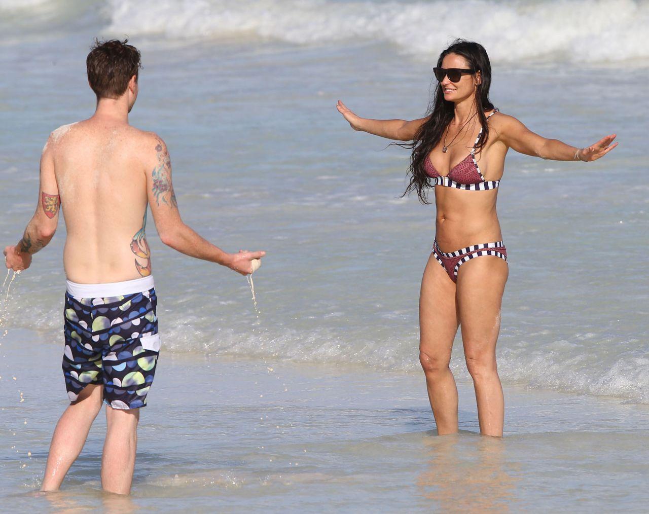 Demi Moore subio a Twitter sus fotos en bikini -