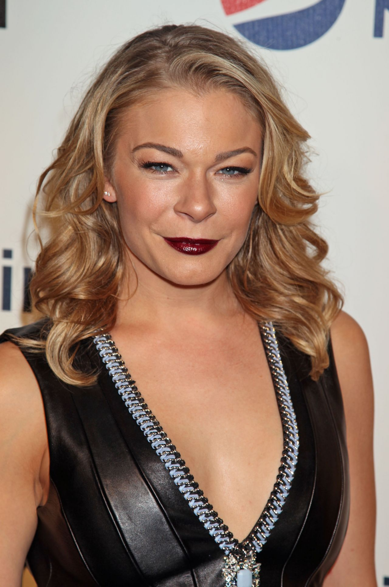 LeAnn Rimes earned a  million dollar salary, leaving the net worth at 40 million in 2017