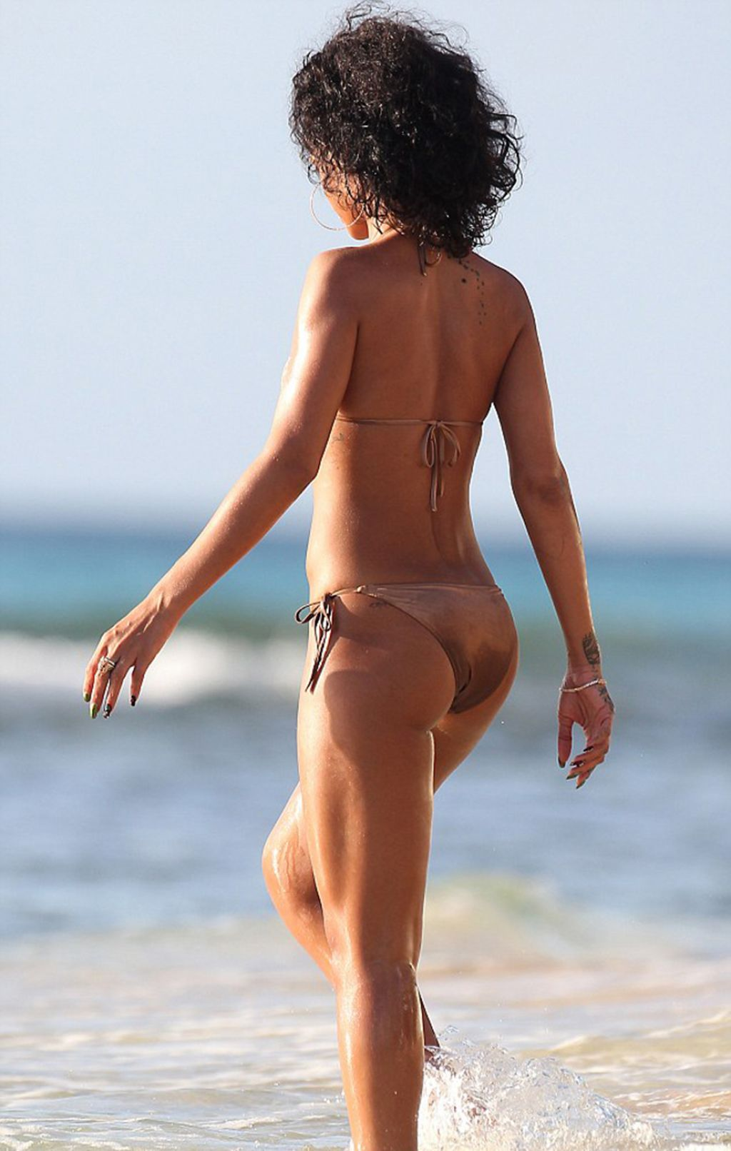 HOT GB...FAV1318 Rihanna nude hotel pictures