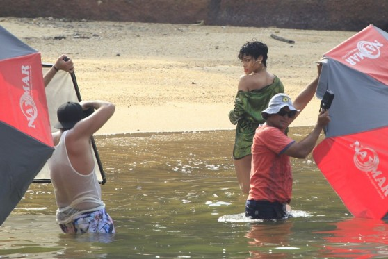 rihanna-vogue-magazine-brasil-set-photos-angra-dos-reis-costa-verde-january-2014_10