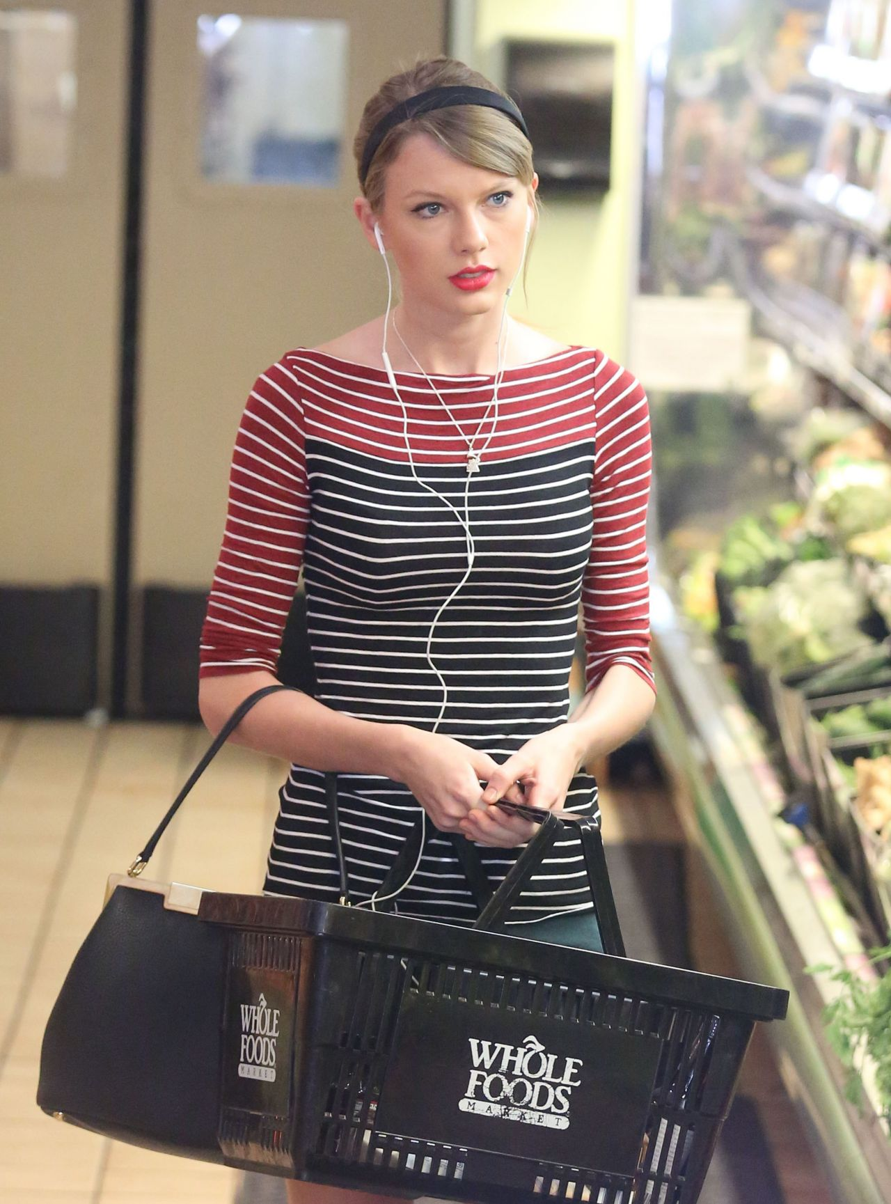 taylor swift grocery shopping at whole foods beverly hills january 2014. Black Bedroom Furniture Sets. Home Design Ideas