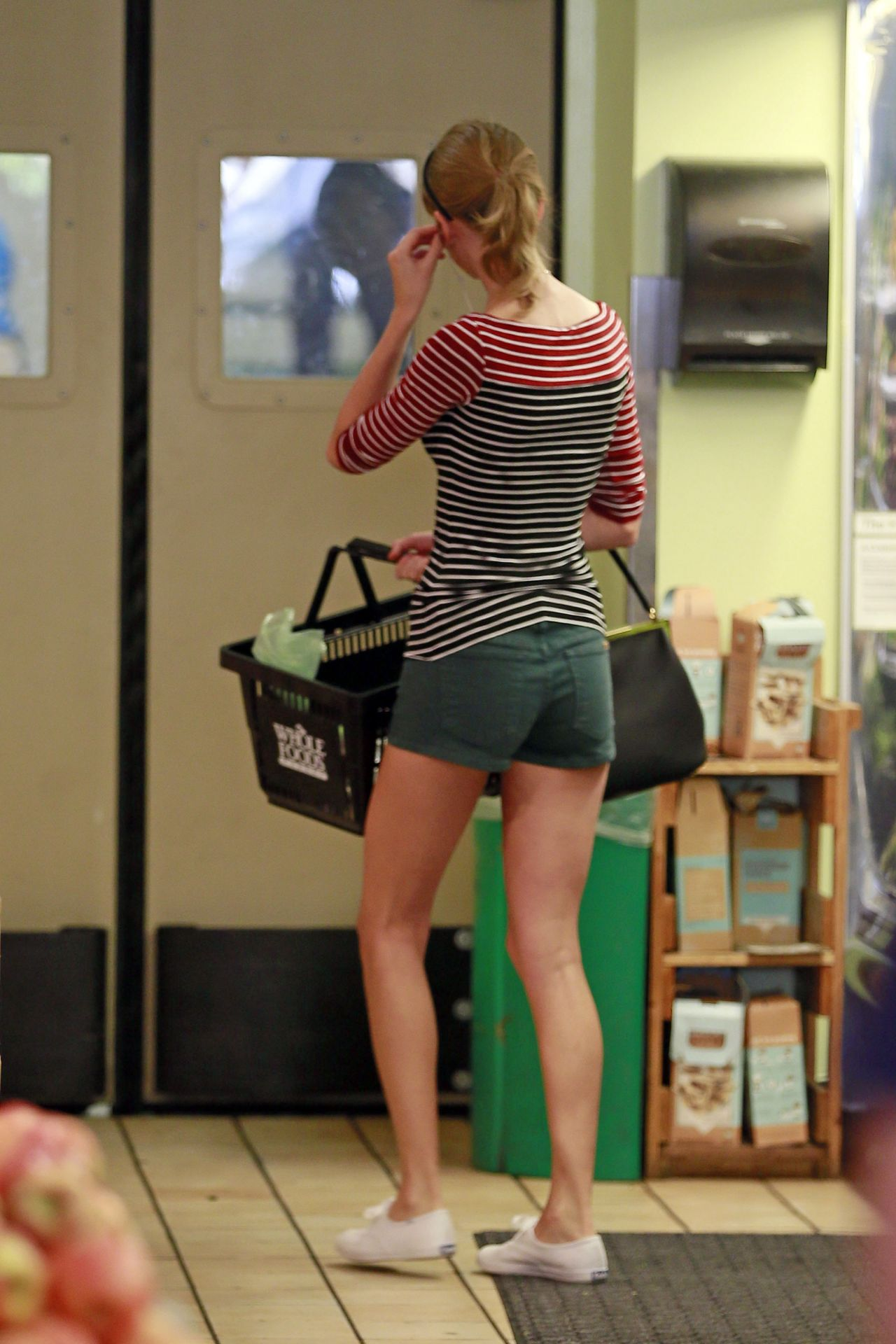 Taylor Swift Grocery Shopping At Whole Foods Beverly