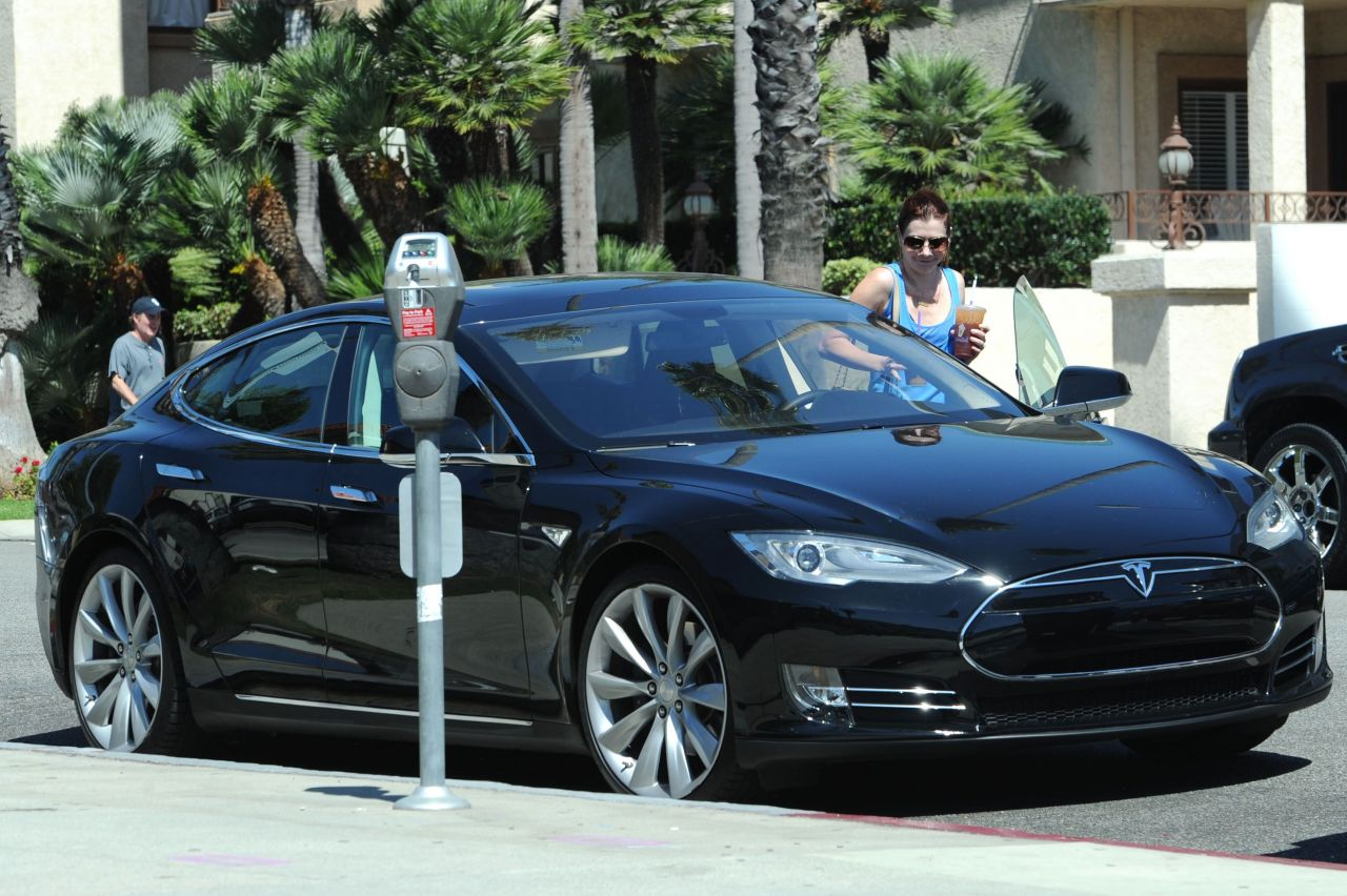 Alyson Hannigan and Her Electric Tesla Model S Sedan - Santa Monica, Feb. 2014