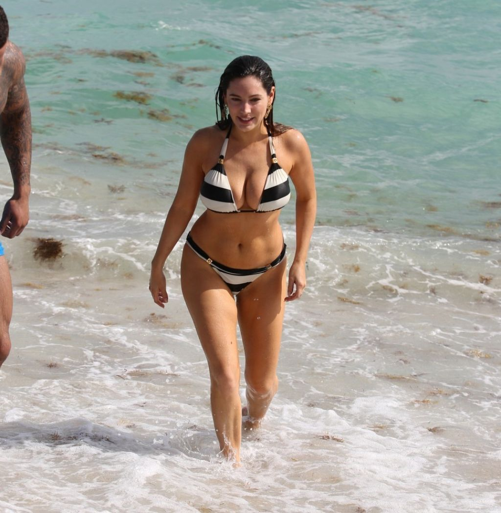 Kelly Brook in Patterned Bikini on the beach in Thailand Pic 9 of 35