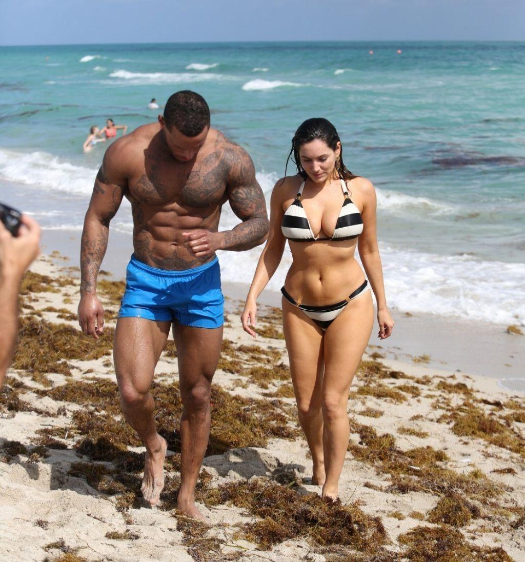 12426f3e82 Kelly Brook in Striped Bikini on the Beach In Miami  الأرشيف  - منتدى شكو  ماكو