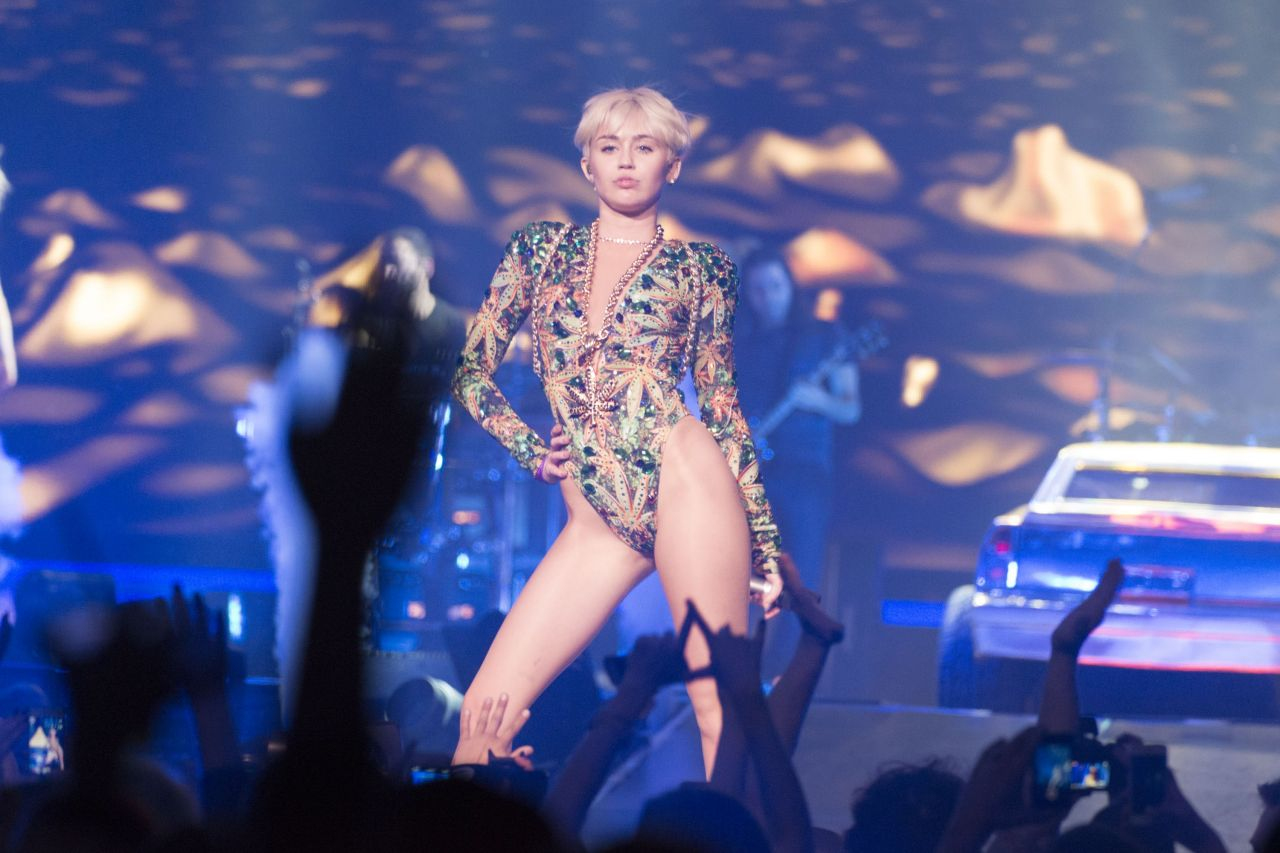 Miley cyrus bangerz tour 2014 ass booty slap 4