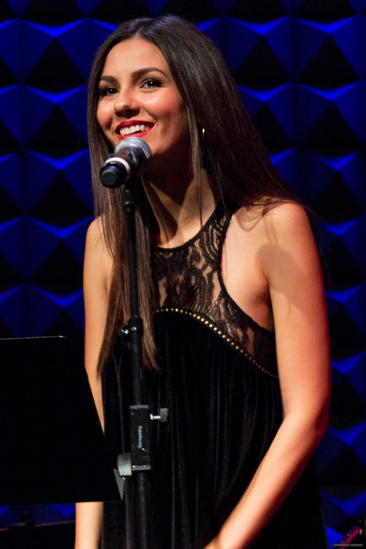 Victoria Justice - Performing at Joe