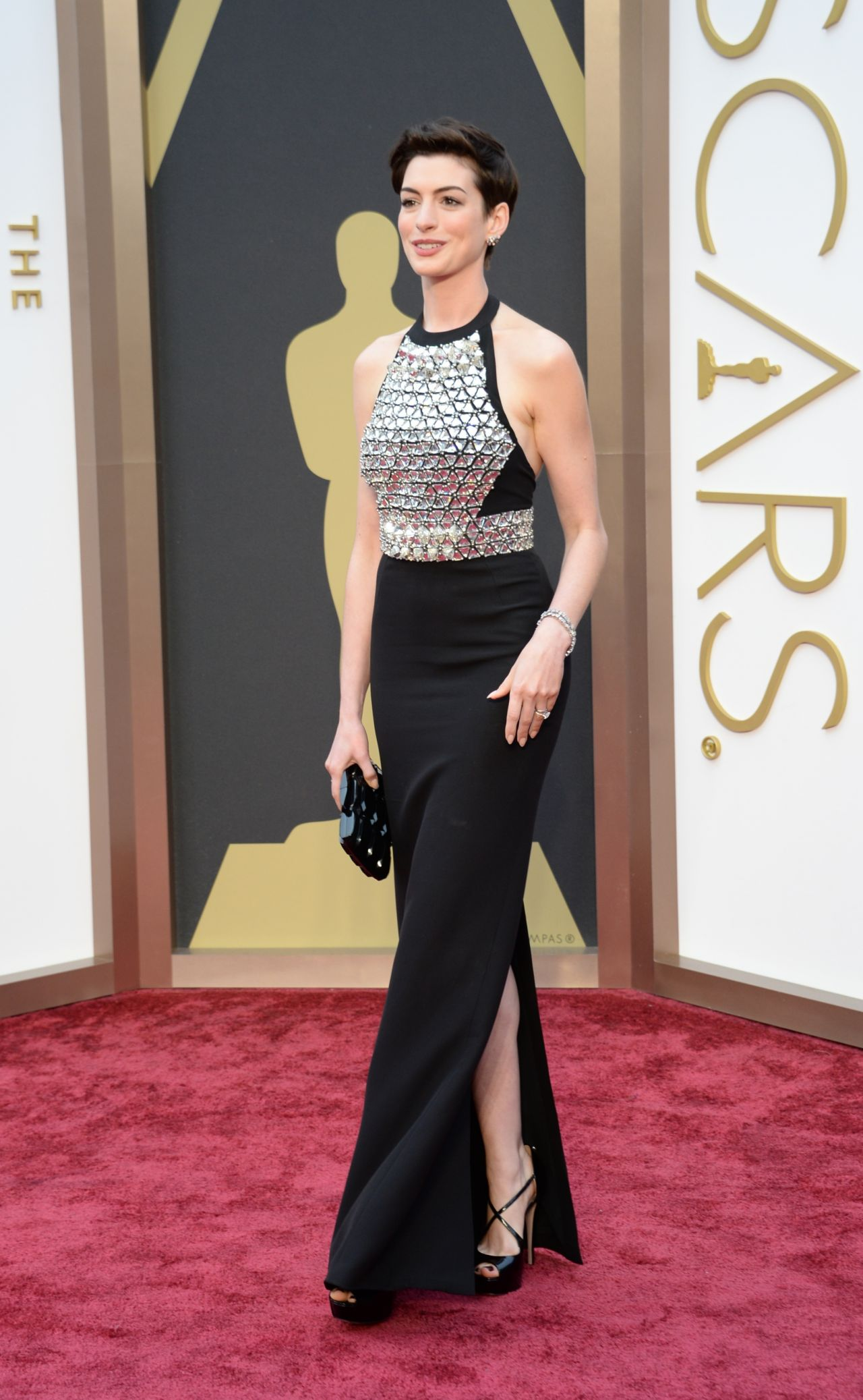 anne hathaway wearing gucci gown