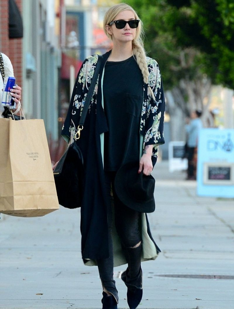 Ashlee Simpson Street Style - Shopping in Hollywood, March 2014