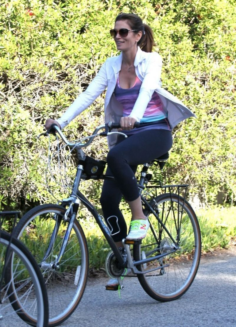 Cindy Crawford Casual Style Out For A Bike Ride In Malibu
