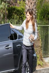 Jennifer Garner - Scratches up Her Lexus - March 2014