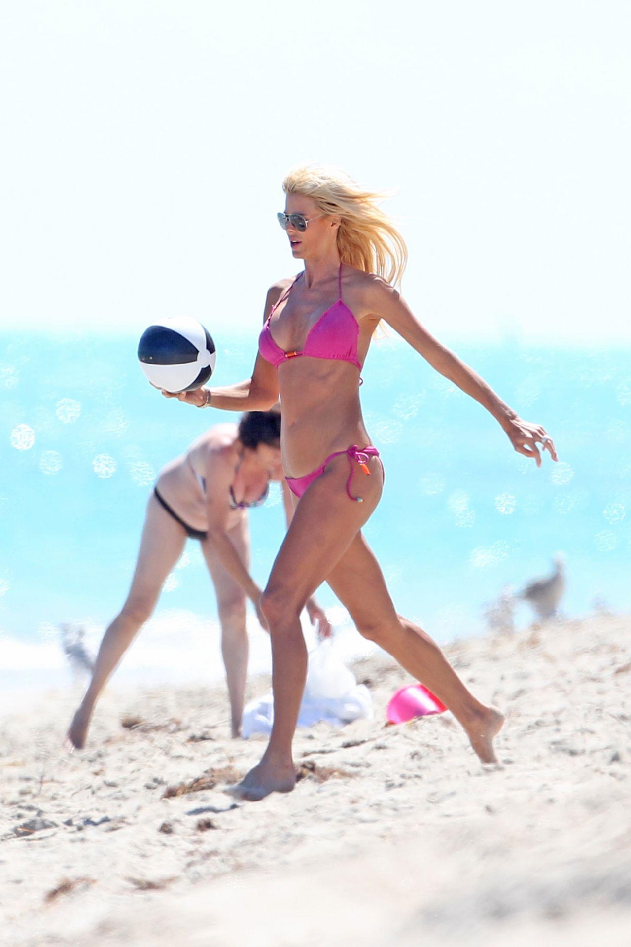 Victoria Silvstedt in Red Bikini in Miami Pic 14 of 35
