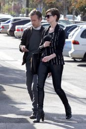 Anne Hathaway in Tights - Out for Lunch in Venice Beach