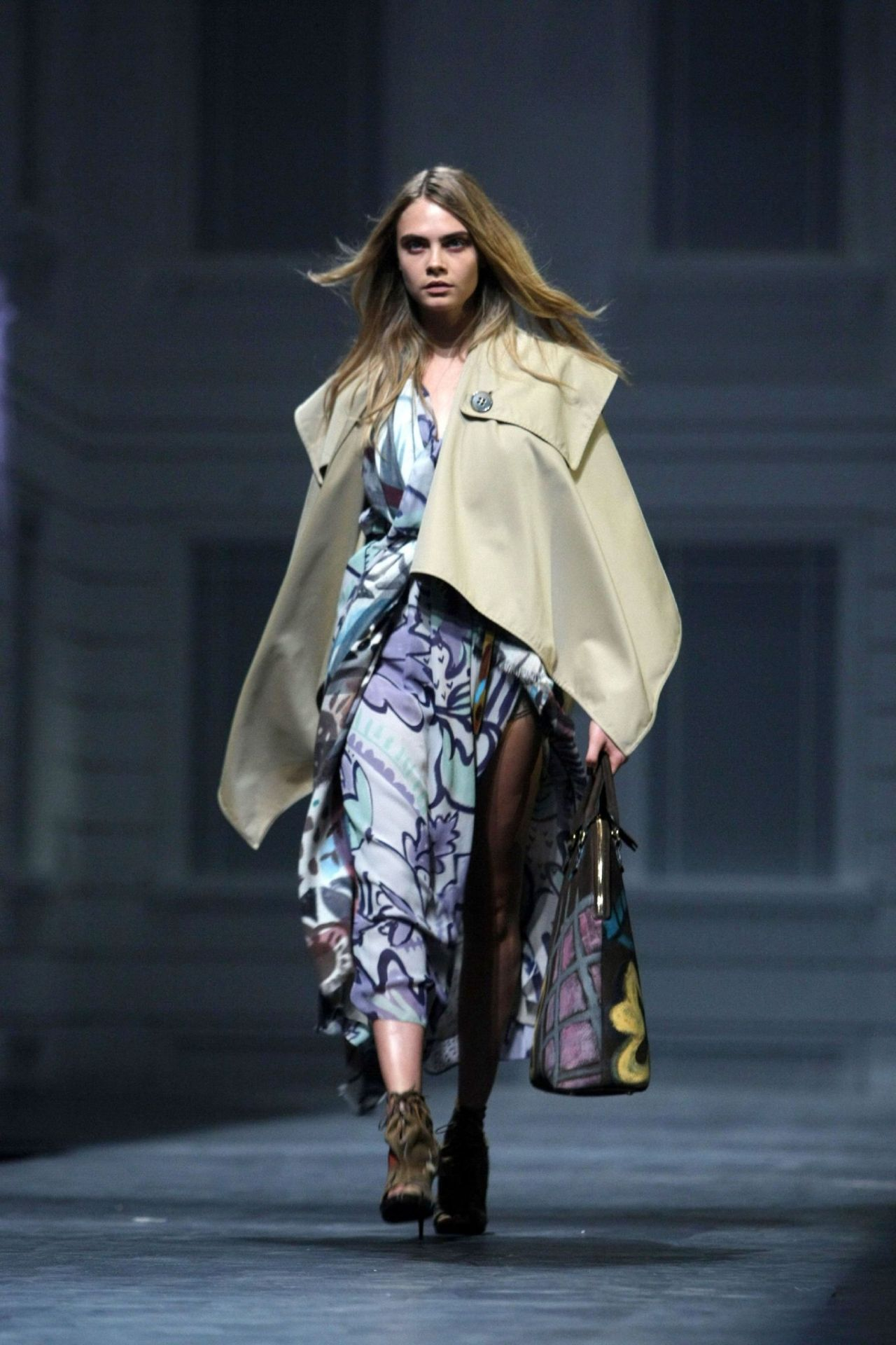 Burberry Väska 2014 : Cara delevingne at burberry shanghai event april