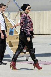 Gwen Stefani - Boarding a Private Jet With Family - April 2014