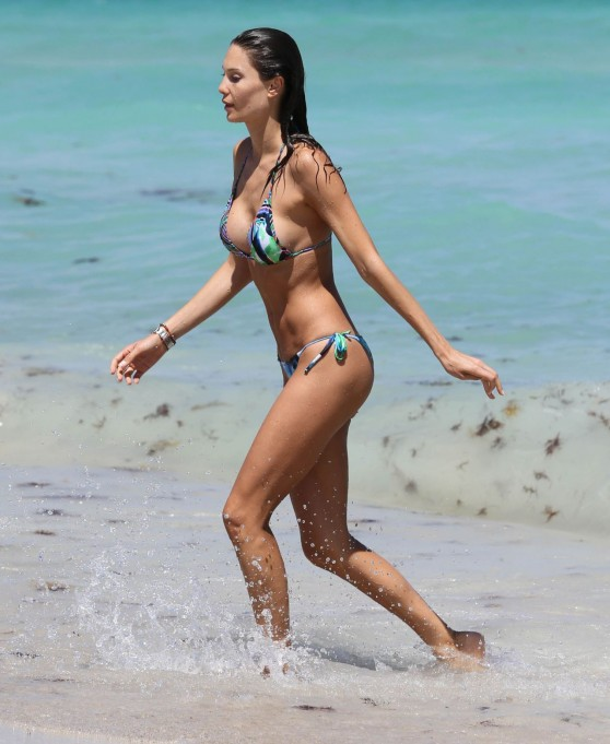 julia-pereira-bikini-candids-beach-in-miami-april-2014_9