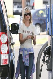 Reese Witherspoon at the Gas Station - Los Angeles, April 2014
