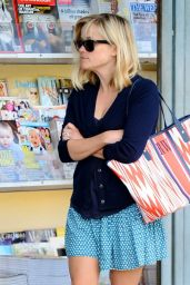 Reese Witherspoon - Buys Magazines From a Newsstand in Brentwood