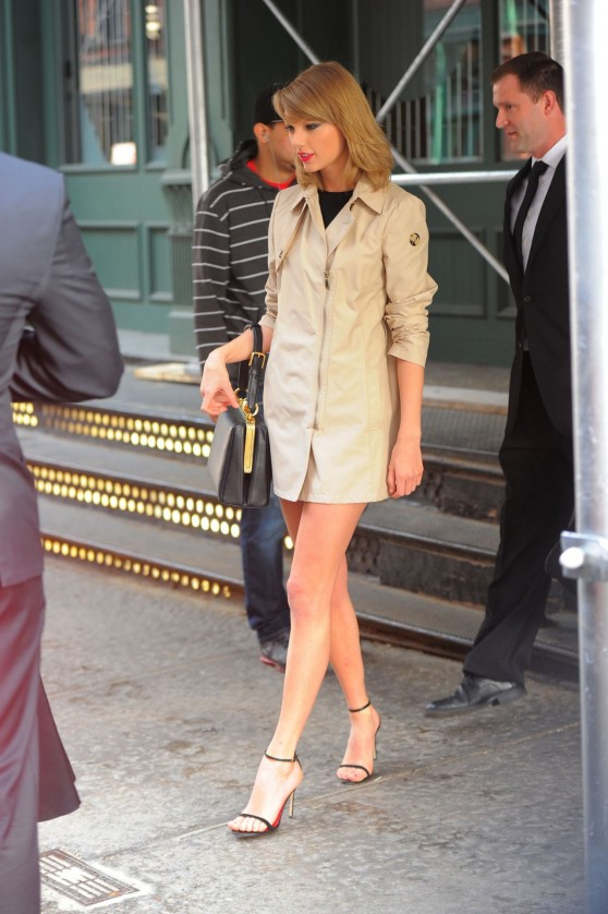 taylor-swift-in-nyc-leaving-returning-to-her-apartment-april-2014_7