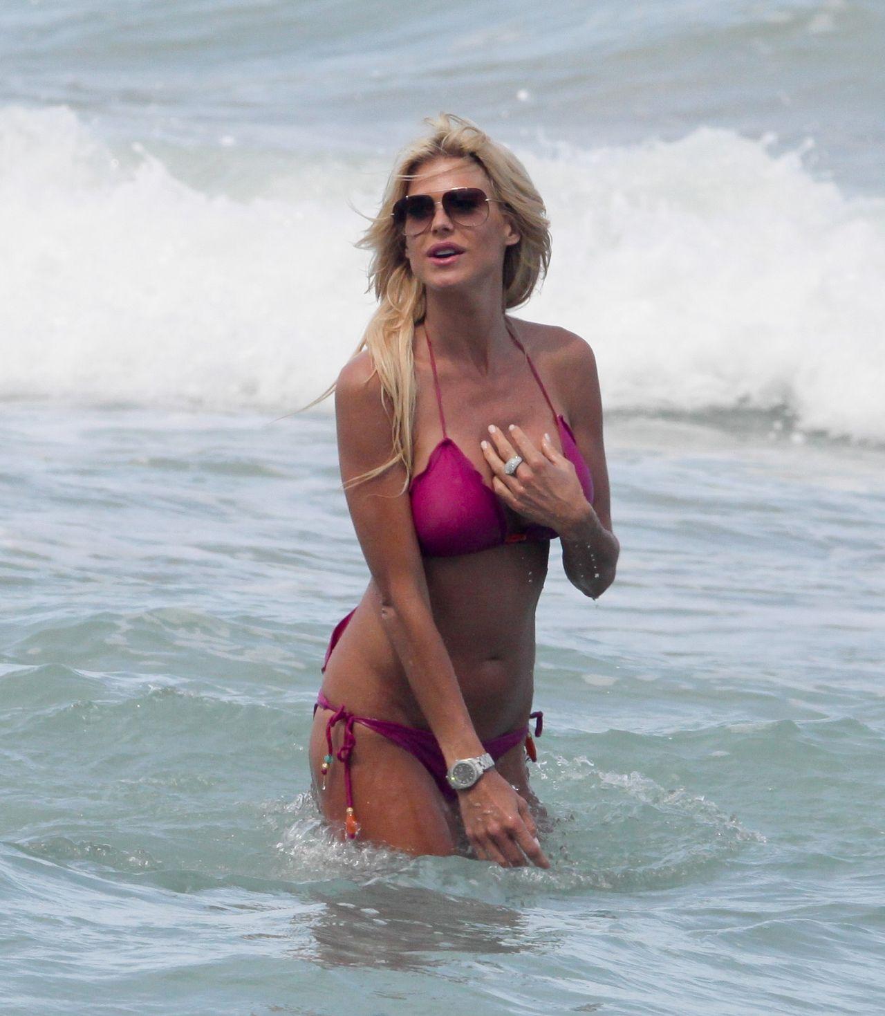 Victoria Silvstedt in Red Bikini in Miami Pic 3 of 35