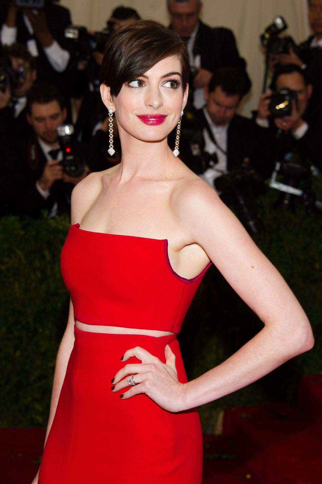Anne Hathaway Wearing Calvin Klein Collections  2014 Met -9232