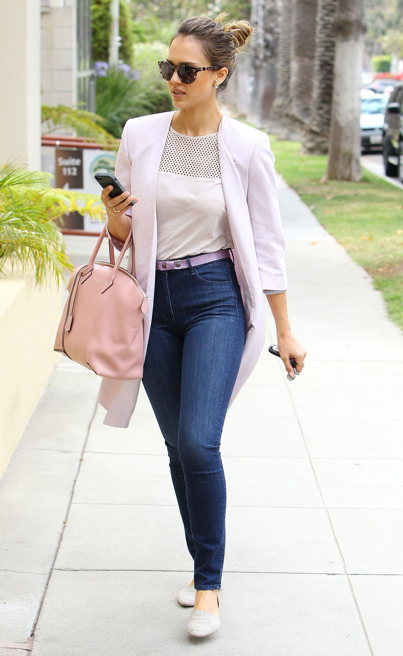 Jessica Alba Casual Style - Goes to a Wellness Center ...