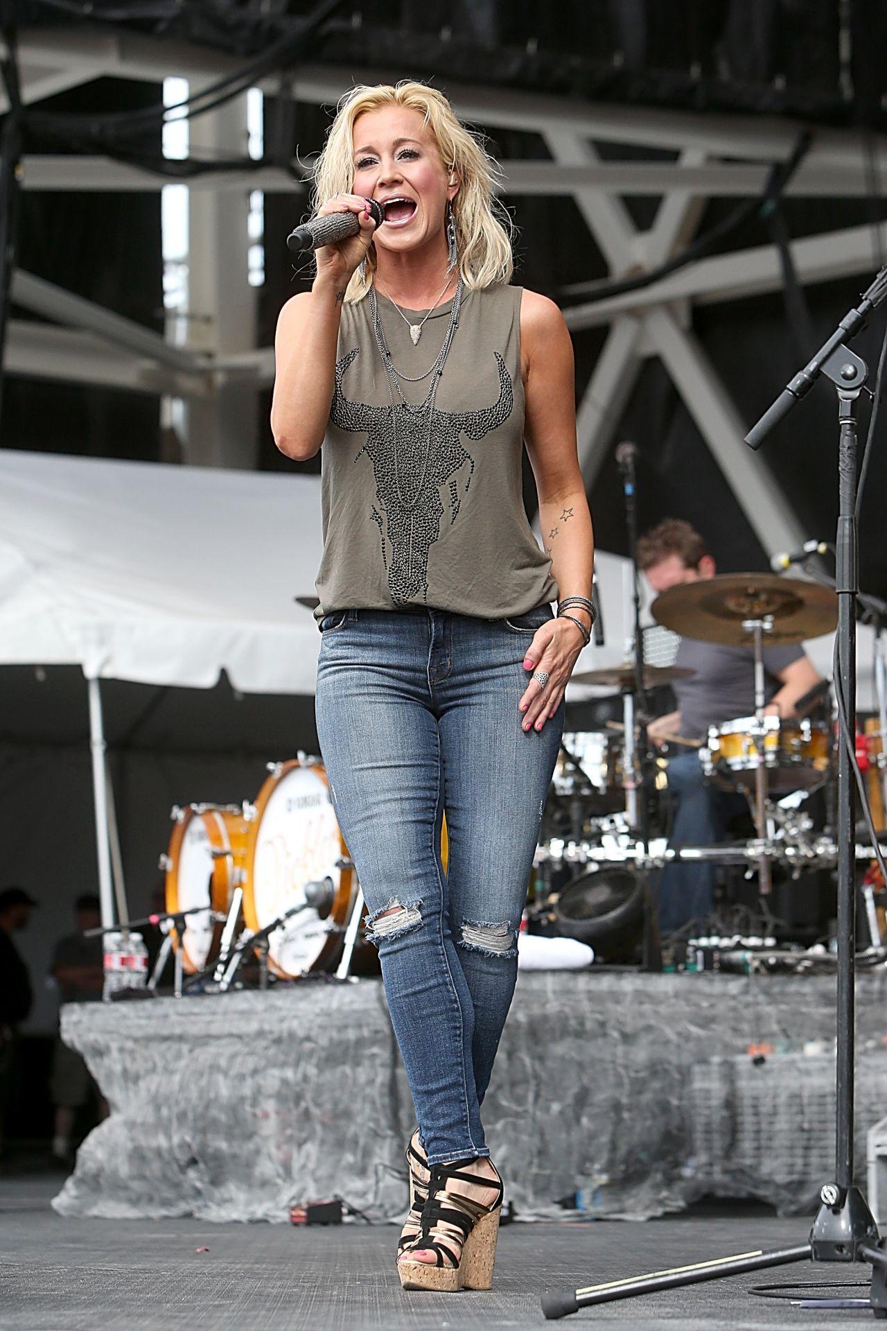 Kellie Pickler In Jeans Performing At The 2014 Redfest