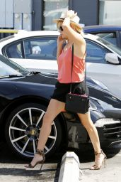 Reese Witherspoon Visits a Hair Salon in Beverly Hills - May 2014
