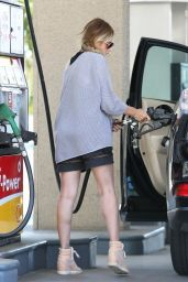 Sarah Michelle Gellar at a Gas Station in Santa Monica - May 2014