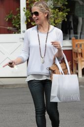 Sarah Michelle Gellar at Brentwood Country Mart in Brentwood - May 2014